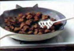 Шаг 3. Удаление говядины со сковороды