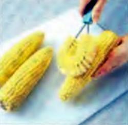 Шаг 3. Удаление оставшихся волосков овощной шеткой