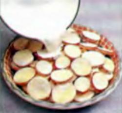 Шаг 3. Заливка картофеля молоком