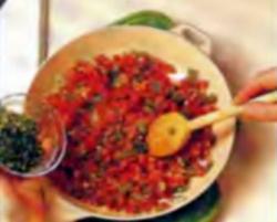 Шаг 4. Добавление петрушки в томатную приправу