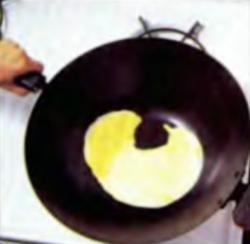 Шаг 4. Нанесение яичной смеси на дно сковороды