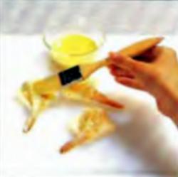 Шаг 4. Нанесение яичной смеси на креветки