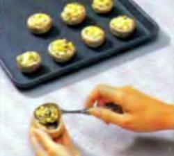 Шаг 4. Наполнение грибных шляпок