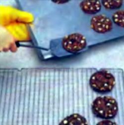 Шаг 4. Перекладывание печенья на проволочнчю полку