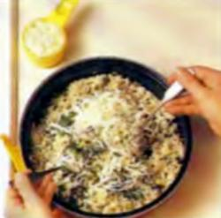 Шаг 4. Перемешивание сыра и риса