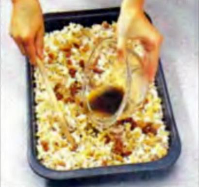 Шаг 4. Поливка маргариновой смесью готовых хлопьев