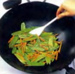Шаг 4. Приготовление смеси гороха и моркови