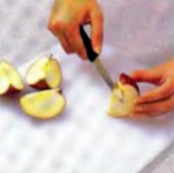 Шаг 4. Удаление стебля, камеры с семенами из яблока