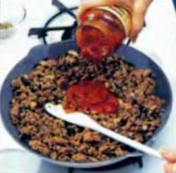 Шаг 4. Заливка соуса для спагетти в мясную смесь