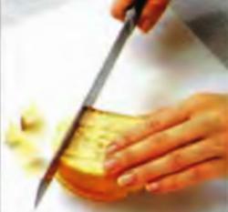 Шаг 5. Нарезка французского хлеба кубиками