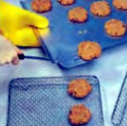 Шаг 5. Перенесение печенья на проволочную полку