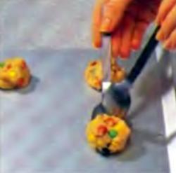 Шаг 5. Распределение порций смеси по поверхности противня