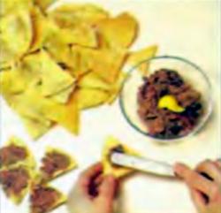 Шаг 5. Укладка бобов на поверхности чипсов
