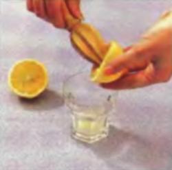 Шаг 5. Выдавливание сока из лимона