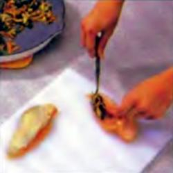 Шаг 5. Заполнение кармашка шпинатной смесью