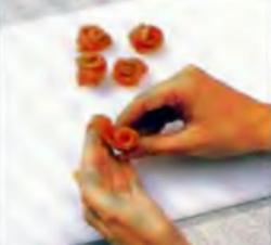 Шаг 6. Изготовление розочек из ломтиков лососины