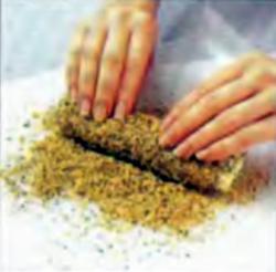 Шаг 6. Нанесение слоя ореховой смеси