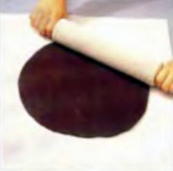 Шаг 6. Раскатывание шоколадного теста