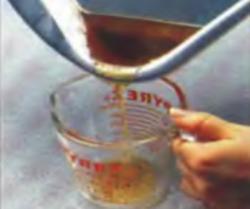 Шаг 6. Сливание 1/4 чашки жидкости из формы для жарки