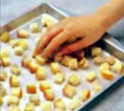 Шаг 6. Укладка хлебных кубиков на противень
