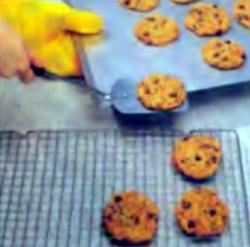 Шаг 6. Укладка печенья на проволочную полку