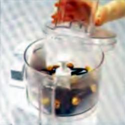 Шаг 7. Измельчение орехов и вафель