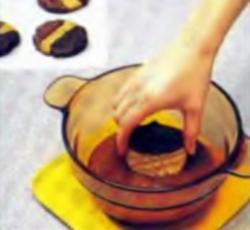 Шаг 7. Погружение печенья на 1/3 в шоколад