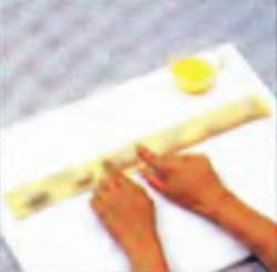 Шаг 7. Придавливание теста по краю и между порциями