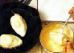 Шаг 8. Нанесение яичной смеси на поверхность чили