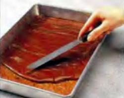 Шаг 8. Укладка шоколадной смеси