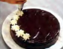 Шаг 9. Оформление торта сливками