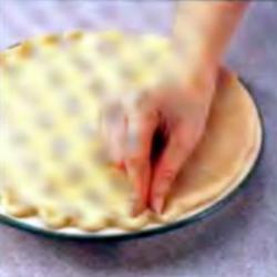 Шаг 9. Придание краю пирога волнистой формы
