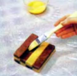 Шаг 9. Смазка края взбитым яйцом